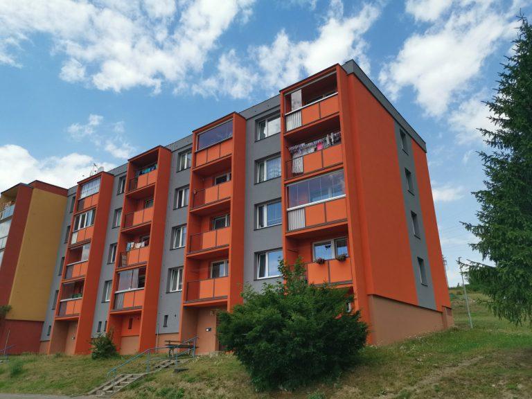 Ukázka provedených opatření pro bytový dům v Břidličné firmou HNK revital s.r.o. Vyřízení financování, zpracování projektové dokumentace, kompletní zateplení obálky domu, zateplení stropu suterénu, zateplení a oprava ploché střechy.