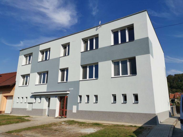 Ukázka provedených opatření pro bytový dům v Bučovicích firmou HNK revital s.r.o. Vyřízení financování, zpracování projektové dokumentace, kompletní zateplení obálky domu, výměna vstupních dveří, výměna sklepních oken.