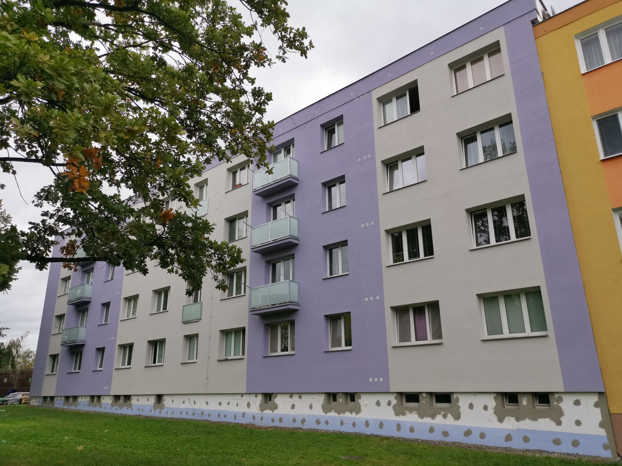 Ukázka provedených opatření pro bytový dům v Moravské Třebové firmou HNK revital s.r.o. Vyřízení projektové dokumentace vč. stavebního povolení, realizace domovní kotelny, zateplení ploché střechy, zateplení obálky budovy, výměna oken na schodišti, oprava balkónů.