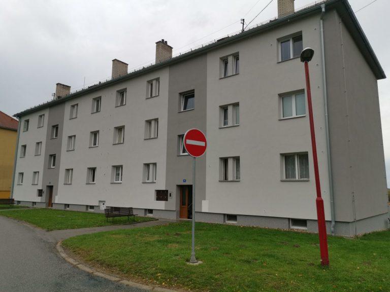 Ukázka provedených opatření pro bytový dům v Dolní Rožince firmou HNK revital s.r.o. Vyřízení financování, zpracování projektové dokumentace, kompletní zateplení obálky domu, zateplení podlahy půdy minerální foukanou izolaci.