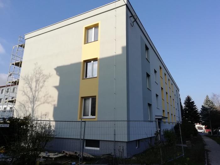 Ukázka provedených opatřen pro bytový dům ve Vsetíně firmou HNK revital s.r.o. Kontaktní zateplovací systém - fasáda, průkaz energetické náročnosti budov, střešní plášť - plochá střecha, zateplení soklu, generální oprava balkonů, zpevněné plochy a terénní úpravy kolem domu.