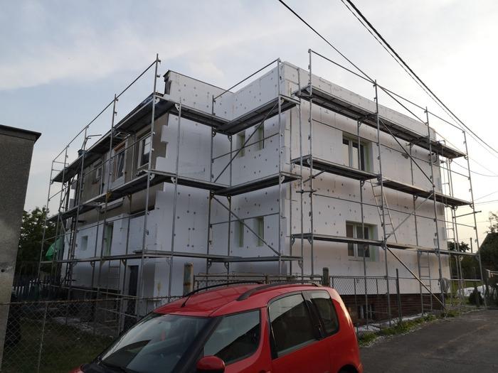 Ukázka provedených opatření pro rodinný dům v Horních Bludovicích firmou HNK revital s.r.o. Kontaktní zateplovací systém - fasáda, zateplení soklu.