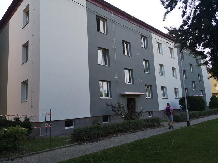 Ukázka provedených opatření pro bytový dům ve Vsetíně firmou HNK revital s.r.o. Kontaktní zateplovací systém - fasáda, průkaz energetické náročnosti budov, zateplení soklu, výměna vstupních dveří, generální oprava balkonů, zpevněné plochy a terénní úpravy kolem domu.